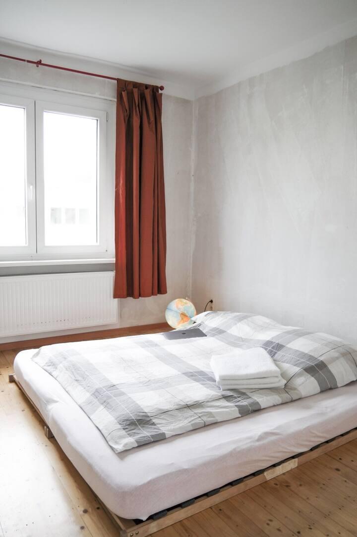 Messenähe, helle und ruhige Holzbodenwohnung