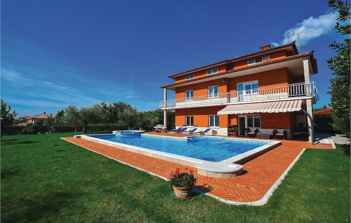 Stunning home in Sezana with Jacuzzi, WiFi and 5 Bedrooms