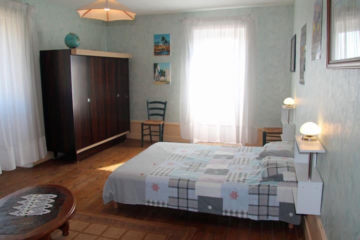 Chambre lilas 22m² à l'étage avec lit en 160 et armoire