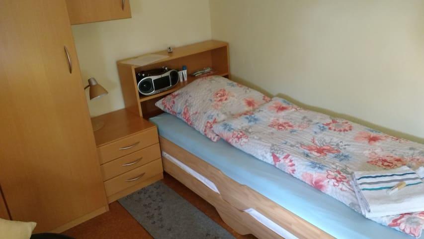 Wir haben ein Stapelbett, weshalb notfalls auch zwei Personen hier schlafen könnten.
