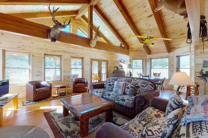 Beautiful country main house next to mountains w/new barn & corral/free WiFi!