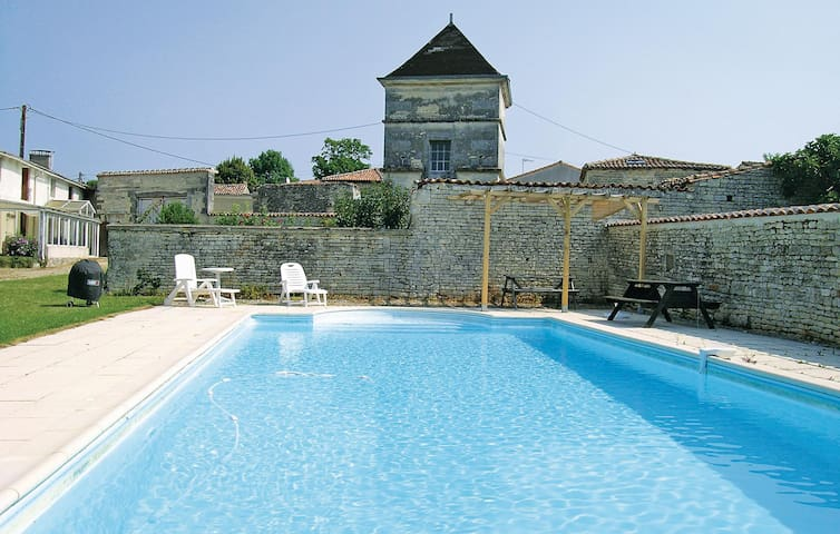 Holiday cottage with 4 bedrooms on 200 m² in Neuvicq le Chateau