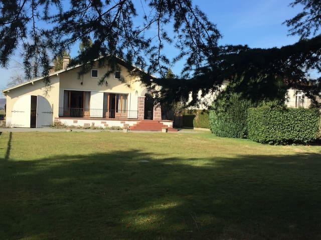 Maison au pied des Pyrénées dans village calme - Bénéjacq - Casa