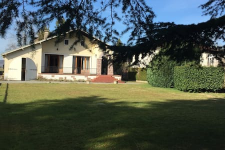 Maison au pied des Pyrénées dans village calme - Bénéjacq - Σπίτι
