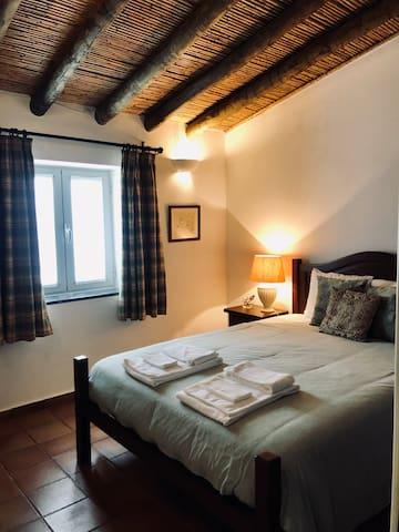 O quarto com cama de casal