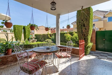 Charming house with pool very close to the city.
