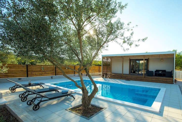 Charming holiday home with private pool, 3km from the beach, peaceful surroundings