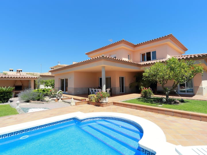 VILLA DIANDRA, WITH PRIVATE POOL, GARDEN, WIFI AND PARKING