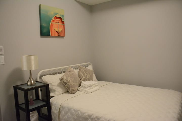 Comfortable and bright home By South Health Campus