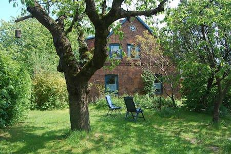 Grosszügige Ferienwohnung mit Garten auf dem Land - Sirksfelde - Apartemen
