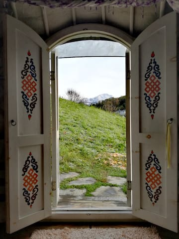 Per entrare nella yurta c'è uno scalino di una ventina di cm