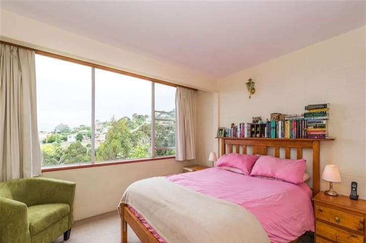 Lovely room with an amazing view - South Hobart