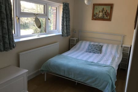A lovely sunny bedroom - Royston