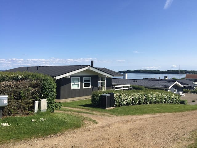 Sommerhus med havudsigt og få meter til strand - Hejls
