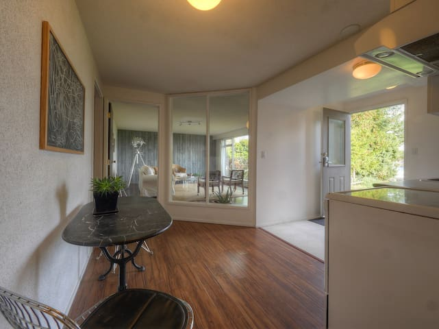 Ocean View 1-bed suite close to UVIC