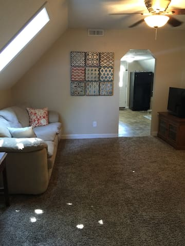 Budget friendly upstairs apartment in duplex! - West Des Moines - Hus