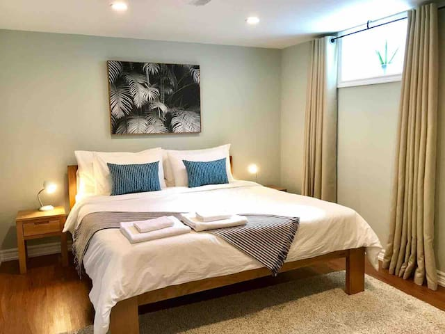 Private Entry Apt w King Bed Close to Airport &TCC