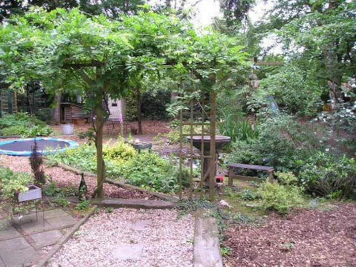 Huisje met sauna en hottub( opt) in grote tuin !