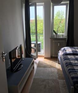 Möbiliertes Zimmer mit Balkon und eigenem WC