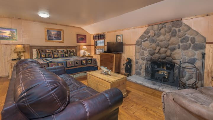 Whispering Pine Cabins - Bear's Way - Upper Canyon with Fireplace &  Kitchen