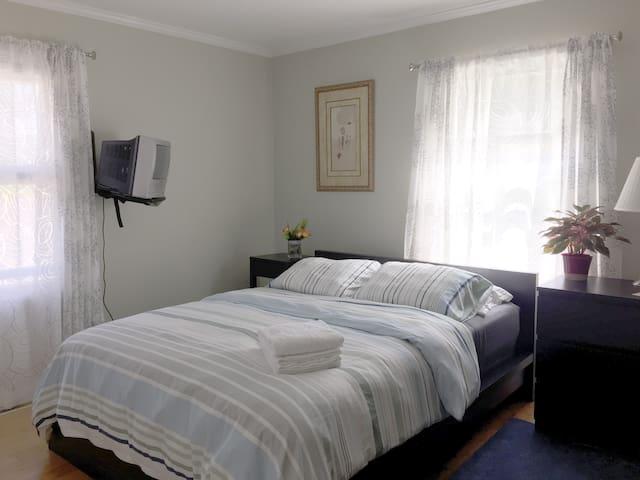 Sunny Corner Room - Granville - Hus