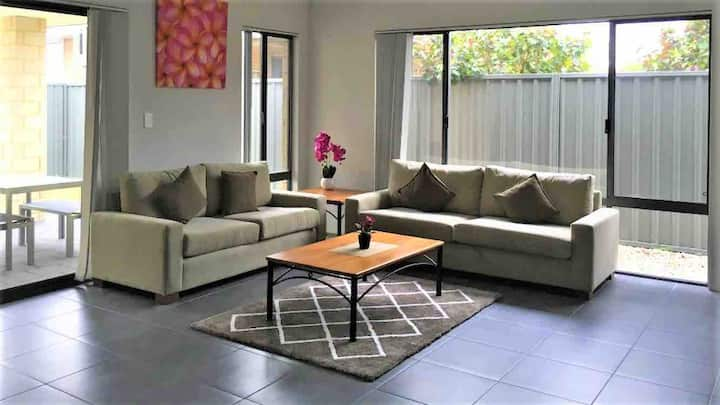 Perth Urban Vacation Home-Close to City & Airport