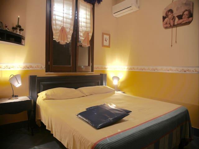 Bedroom 2: king size bed, interior details, wardrobe, air conditioner, baby crib. Camera da letto 2: letto matrimoniale,  dettagli interni, guardaroba, aria condizionata ( A/C), culla.