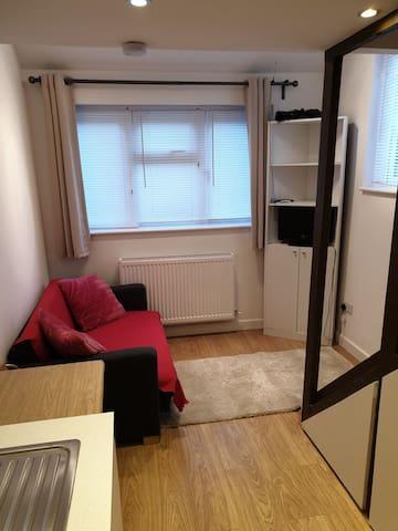 Bright and cozy studio flat in Borehamwood.