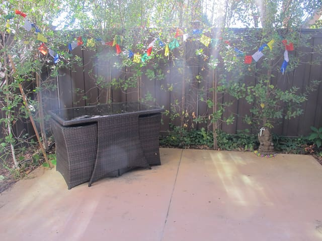 Private Room in Bright Sunny Spacious Townhouse - Agoura Hills - Apartamento