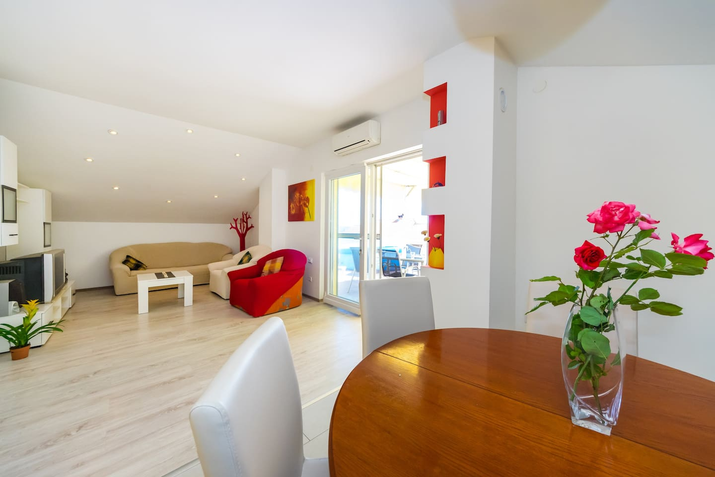 A comfort, bright livingroom with access to the terrace, with satellite TV, tuner, safe and aircondition