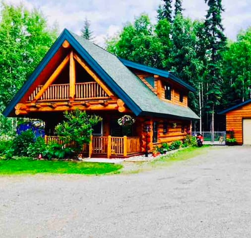 Alaska Dream Log Home w/Hot Tub+Aurora Views