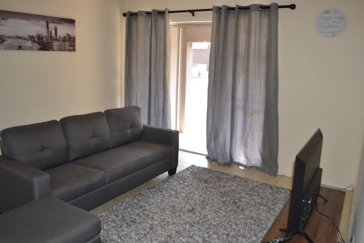 Gorgeous Apartment close to mall of Africa