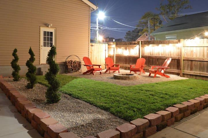 Clean & Roomy, Cute backyard The Hill