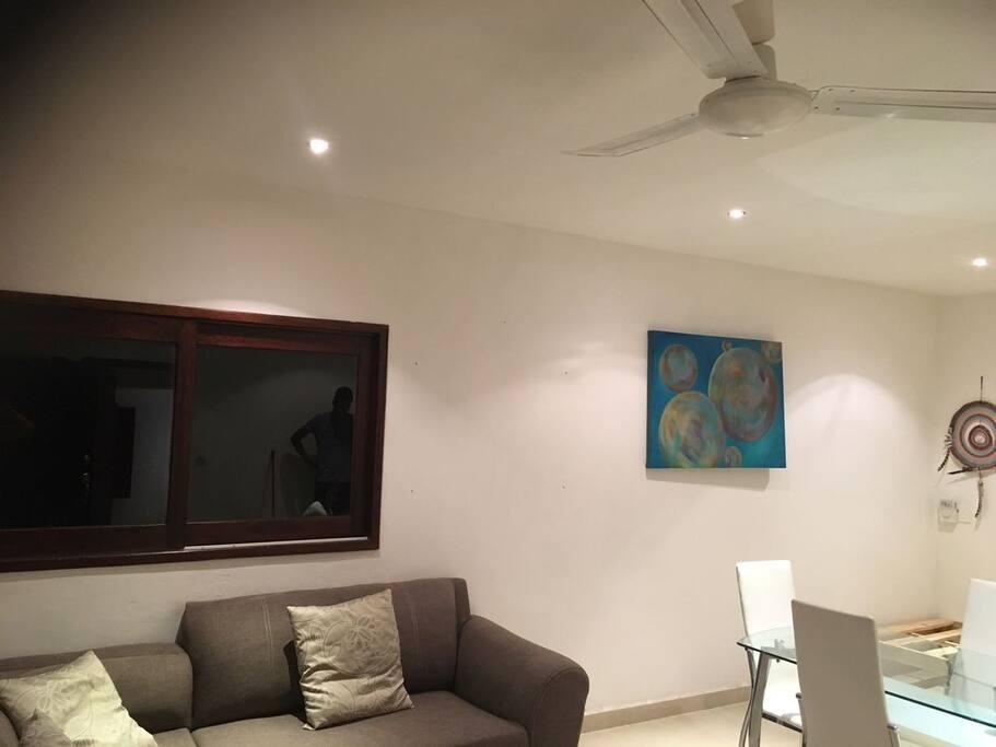 big living room with sofa and single bed salón amplio con sofa y cama individual
