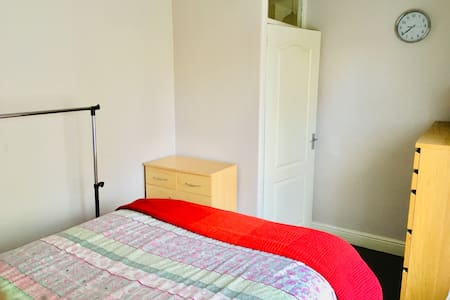 Double bedroom in a friendly area