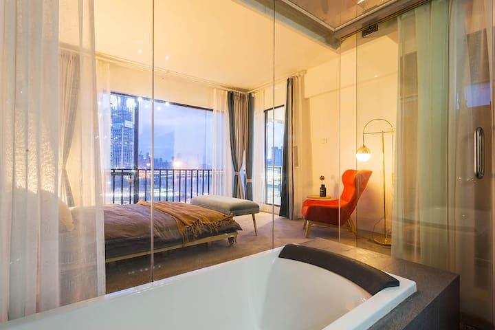 充满风情的主卧卫生间是全透明玻璃的-躺在浴缸里也能欣赏江景夜景,全新燃气品牌热水器可24小时不间断提供热水