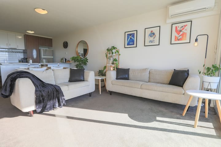 ★Charlie★ Superhost | Modern, Clean w. Parking - Footscray - Apartemen