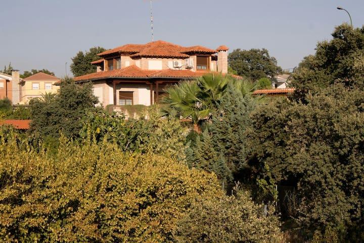 Villa Maribel, chalet de 3 plantas con piscina.