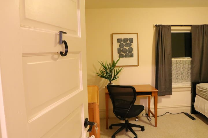 Spacious Private Bedroom in the Heart of Berkeley