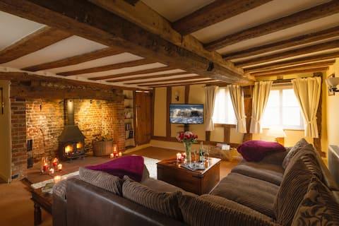 Luxury: Jacuzzi, sauna, fireplaces, pet friendly