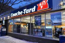 Couche-Tard 24h à 2 minutes de marche, à cote on dispose d'une station de gas.