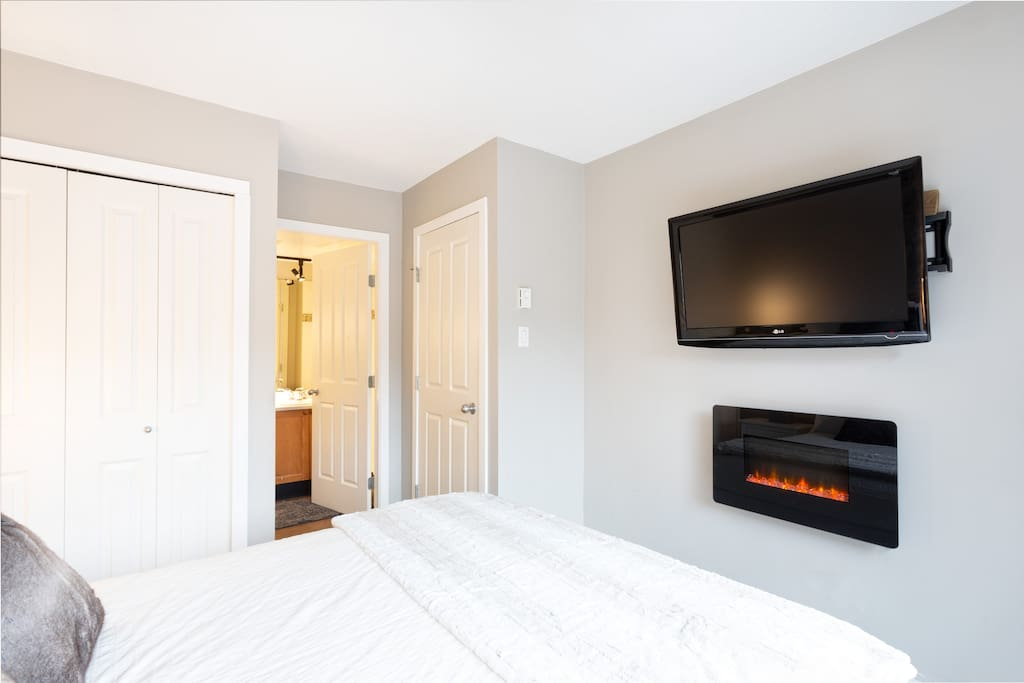 Newly renovated master bedroom with gorgeous deck and views of the stunning mountains.   All the comforts of home with a wall TV,  electric fireplace and Air conditioner.   Spacious  en suite bathroom has a tub as well as a walk-in shower.