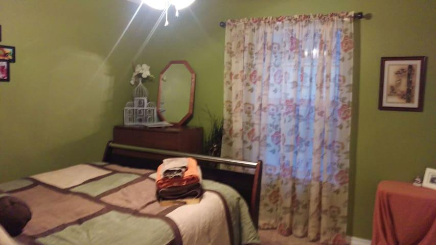 Comfortable, Cozy, & Clean Room - Crestview - House