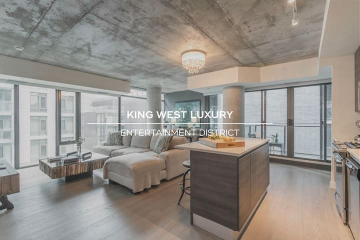 Large & Luxurious Corner Suite in Trendy King West