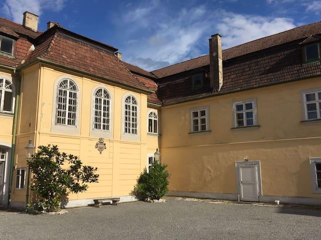 Schloss mit Park und See südlich von Wien - Unterwaltersdorf