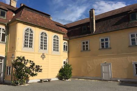 Schloss mit Park und See südlich von Wien - Unterwaltersdorf - Zamek