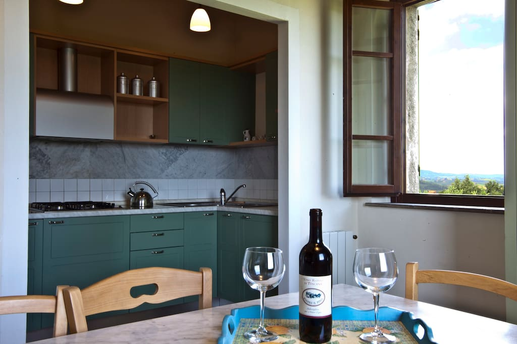 Il tavolo da pranzo con il nostro vino e il Cucinotto completamente accessoriato.