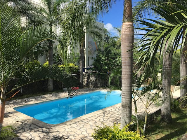 Palm Green villa with pool in center of Grandbaie