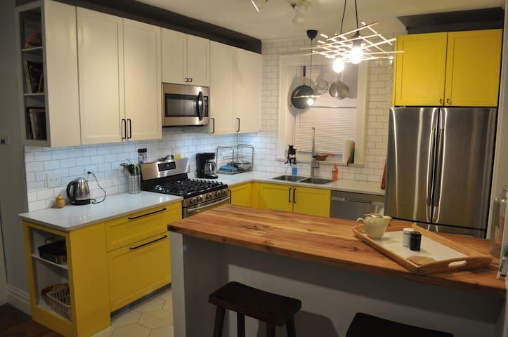 Botanical Gardens 1st flr Apt w/ designer kitchen
