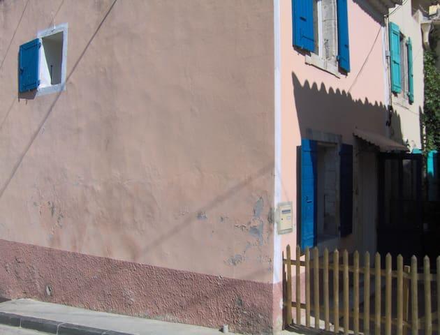 Village house Vedène calm and sun - Vedène - Radhus